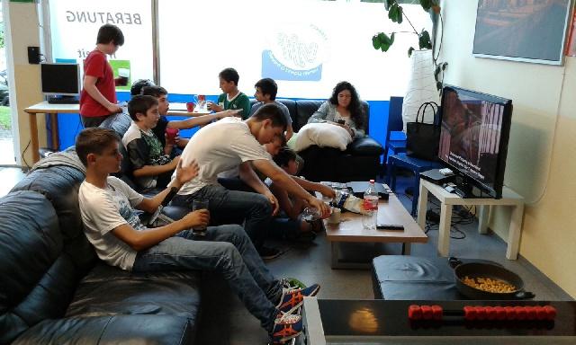 Film schauen im Jugendzentrum und Freizeitspaß am Funcourt